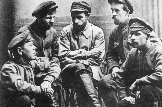 Фотография на память после совершения убийства. Слева направо: А. В. Марков, И. Ф. Колпащиков, Г.И. Мясников, В. А. Иванченко, Н. В. Жужгов.