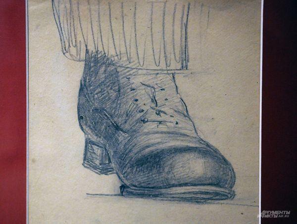 Ботинки Ленина, зарисовка И. К. Пархоменко. Каблуки и впрямь высоковаты. Московские концептуалисты 1970-тых гг. специально ходили в Музей Ленина посмотреть на его ботинки. Считалось, что это «жуткое, леденящее кровь зрелище».