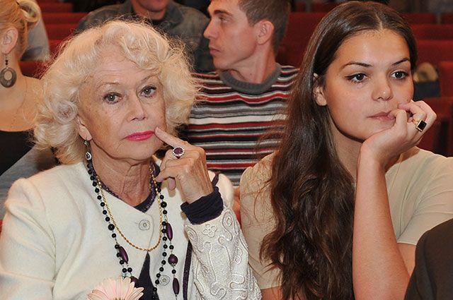 Светлана Немоляева с внучкой.