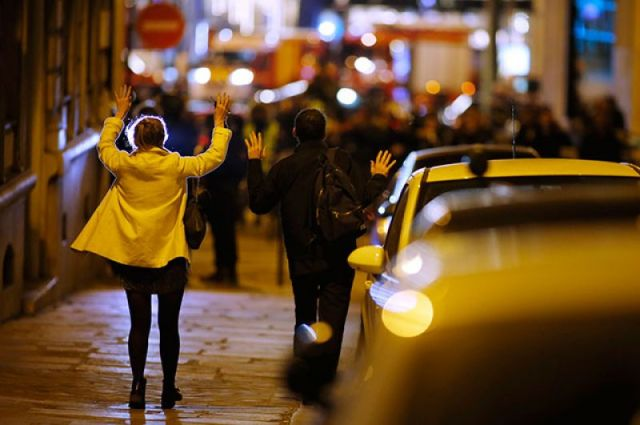НаЕлисейских полях встолице франции открыли стрельбу по милиции