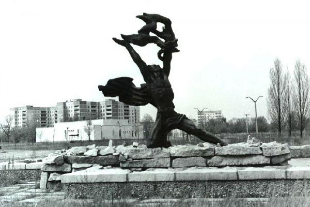 Символ города – памятник Прометею.