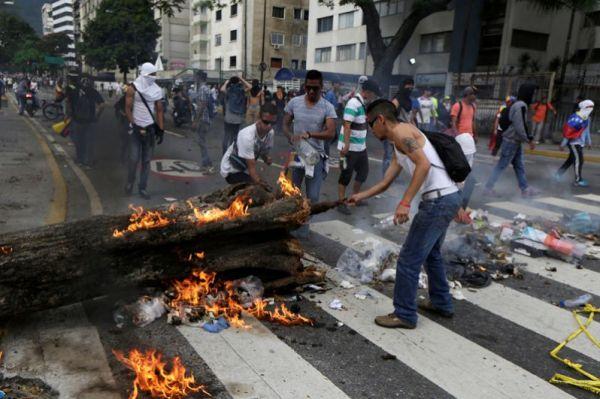 Представитель оппозиционного «Блока демократического единства» Мариальберт Барриос заявил, что 19-20 апреля в стране были задержаны 585 человек.