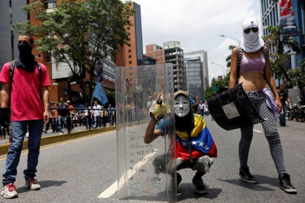 Демонстранты во время митинга против президента Венесуэлы Николаса Мадуро в Каракасе.