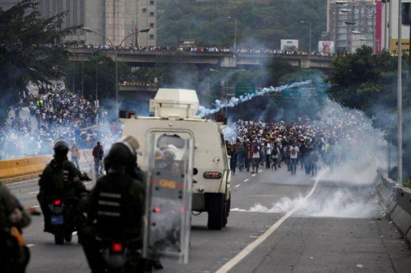 Участники акций протеста также выступают против решения венесуэльского Верховного суда, которое позволяет Мадуро действовать в обход парламента.