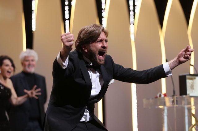 Режиссер Рубен Эстлунд получает главный приз юбилейного Каннского кинофестиваля.