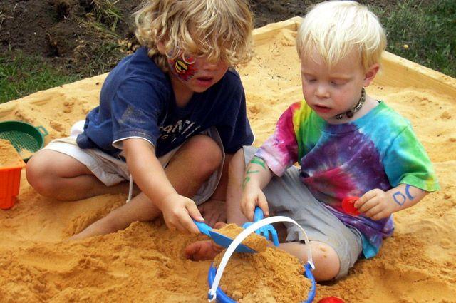 Приучайте детей спрашивать разрешения, чтобы взять чей-то предмет или игрушку.