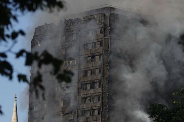 Встолице Англии  пожар на100%  охватил 27-этажную жилую вышку , есть погибшие