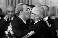 «Тройной Брежнев» - два поцелуя в щёки и контрольный - в губы. Леонид Брежнев и Эрих Хонеккер.