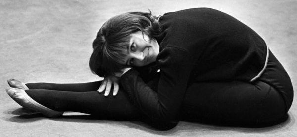 Молодая актриса Наталья Варлей на арене цирка, 1967 год.