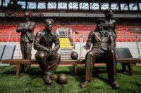 Памятник, установленный в честь братьев Старостиных, на стадионе «Спартака» в Москве.