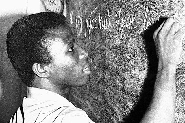 Июнь 1976 г. Русский язык изучают жители Уагадугу - столицы Республики Верхняя Вольта (ныне Буркина-Фасо).