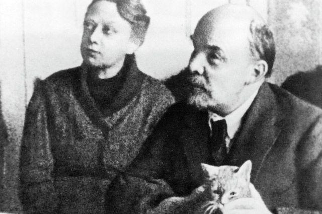 Надежда Крупская в конце концов поставила мужу ультиматум. И Ленин выбрал жену-соратницу.
