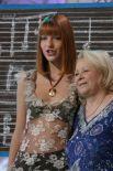 Певица Наталья Подольская («Фабрика звезд») и Тамара Миансарова во время подготовки новогоднего выпуска программы «Кумиры+Кумиры», где они исполняют песню «Рыжик». 2004 год.