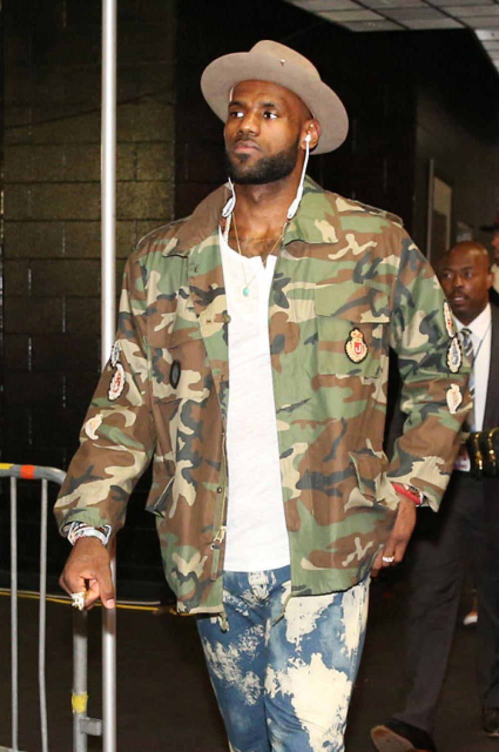 5-е место — баскетболист Леброн Джеймс, играющий на позиции лёгкого и тяжёлого форварда за команду НБА «Кливленд Кавальерс».