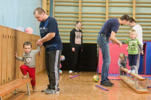 Для ребёнка и папы очень важно проводить время вместе за занятиями физкультурой.