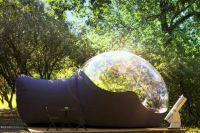 Палатка с прозрачной крышей для обзора звездного неба во Франции.