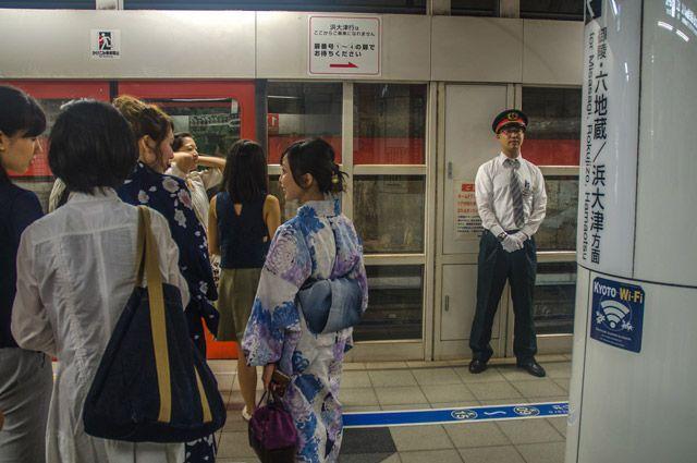 Толкатель в метро Киото.