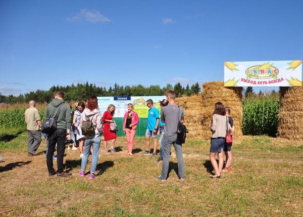 Перед торжественным открытием журналистам удалось первыми пройти по кукурузному лабиринт.