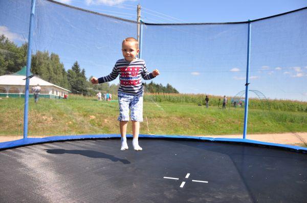 В то время малышам больше понравится прыгать на батуте.