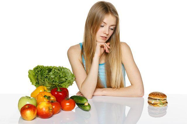 Пообедать в фастфуде без вреда для здоровья? Возьмите салат и булочку с котлетой.