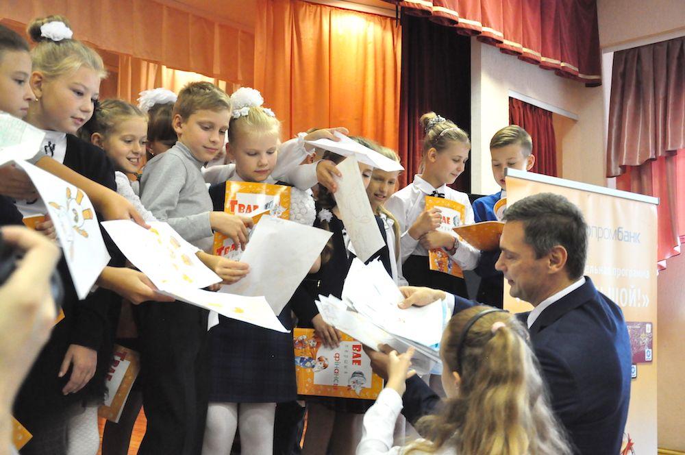 Представители Белагропромбанка также не остались без подарков. Каждый ученик подготовил для своего любимого банка особенный рисунок.