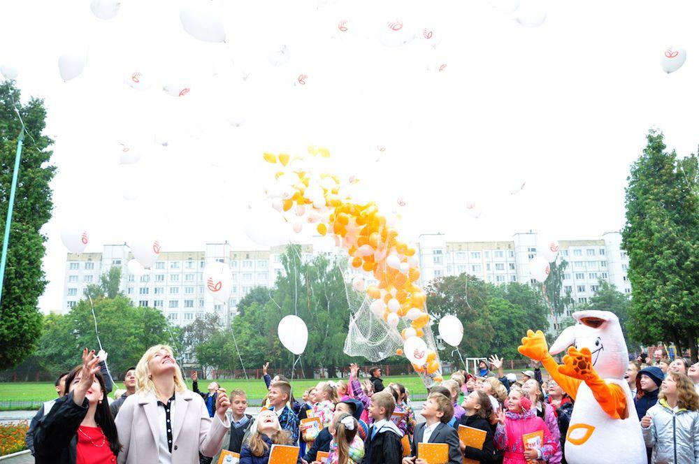 Сюрпризом для всей школы стал торжественный запуск воздушных шариков в знак начала нового учебного года.