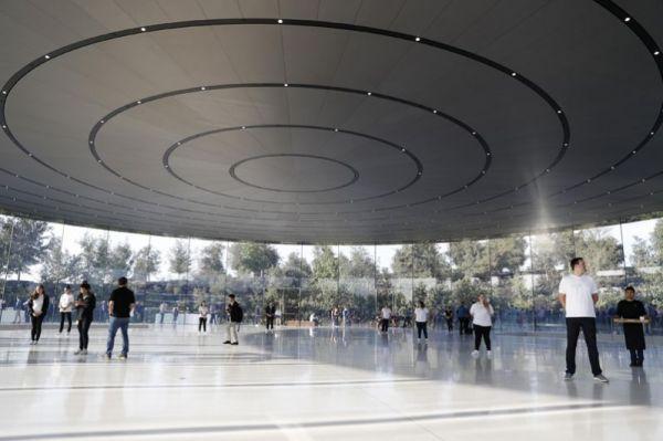 Люди ждут начала презентации в новом кампусе Apple в Купертино, Калифорния.