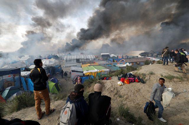 «Джунгли» - незаконный лагерь мигрантов на окраине портового города Кале. Отсюда мигранты пытаются попасть в Британию.