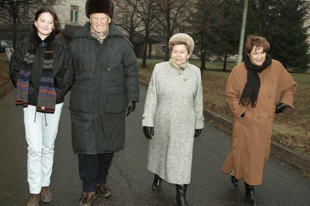 Борис Ельцин в сопровождении Наины Ельциной, дочери Татьяны и внучки Маши. 1996г.