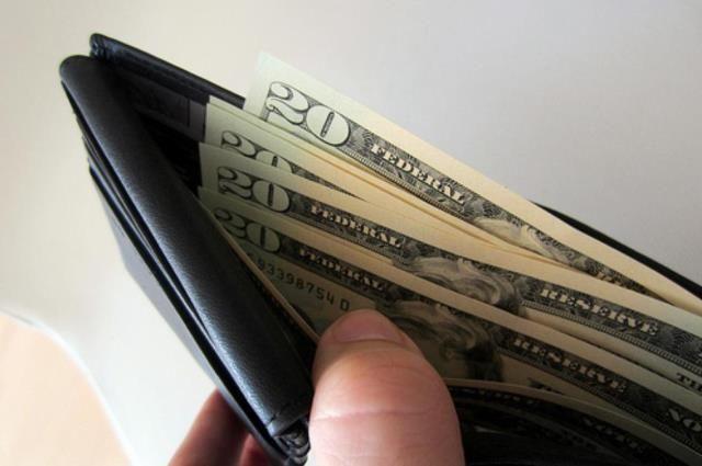 Минчанин получил вбанке ненужные 1700 долларов— сейчас его ищет полиция
