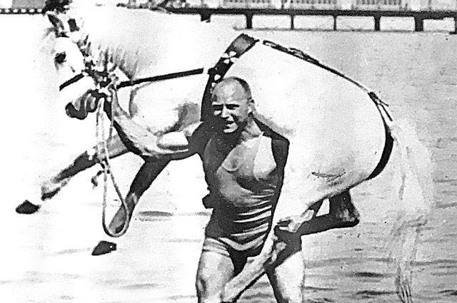 Русский богатырь играючи взваливал себе на плечи лошадь.