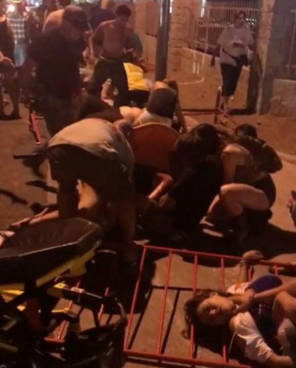 На месте стрельбы у отеля Mandalay Bay, посетители фестиваля оказывают помощь друг другу.