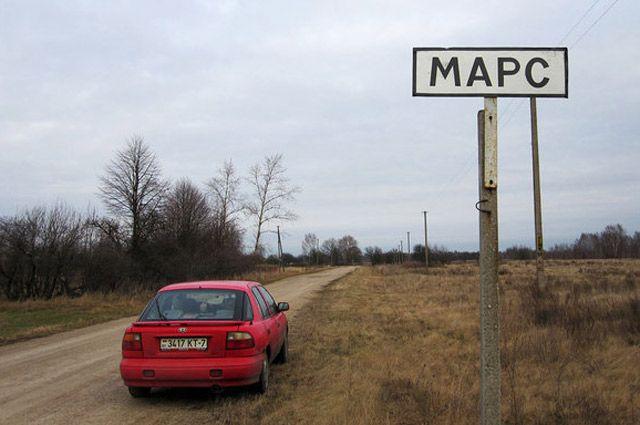 Пока дороги в этой деревне напоминают поверхность Красной планеты.