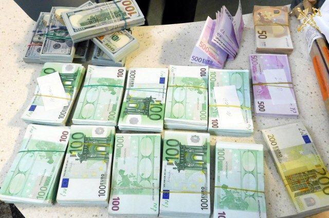 Житель россии пытался вывезти из Белоруссии чемодан денежных средств
