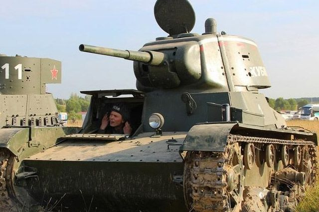 Специально для съемок на «Беларусьфильме» создали макет советского танка 1933 года Т-26.