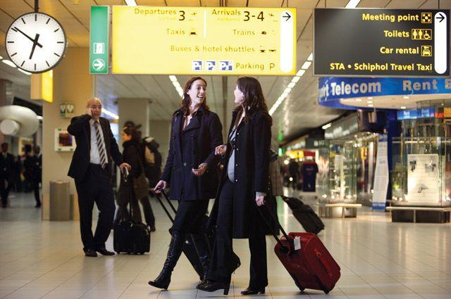 Пересадки совершаются в транзитной зоне воздушной гавани, то есть без прохождения миграционного контроля.