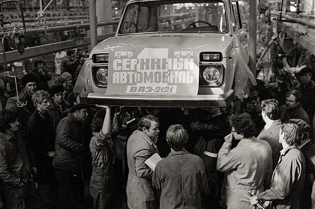 Первая серийная «Нива» на конвейере ВАЗа, 5 апреля 1977 года.