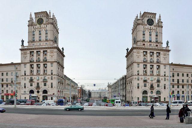 В 1980-е годы южная сторона Привокзальной площади начала меняться, и не в лучшую сторону.