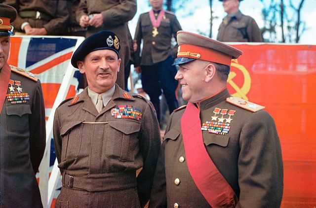 Маршал Советского Союза Георгий Жуков и британский фельдмаршал Бернард Монтгомери около Бранденбургских ворот Берлина. Оба - кавалеры ордена «Победа».