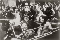 Кеннеди в президентском лимузине за несколько секунд до убийства.