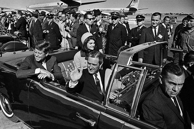 Джон Кеннеди в президентском лимузине покидает аэропорт Далласа.
