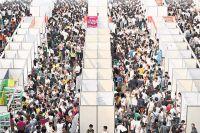 Тысячи китайцев в поисках работы разглядывают павильоны ярмарки вакансий в Чунцине.