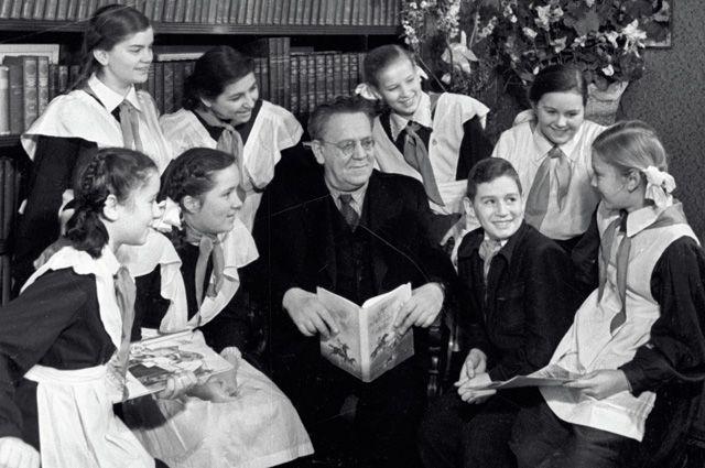 Московские школьники, члены литературного кружка московского Дома пионеров, в гостях у поэта Маршака. 1957 год.