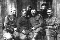 Герой Советского Союза Антон Алехнович (в центре) с боевыми товарищами.