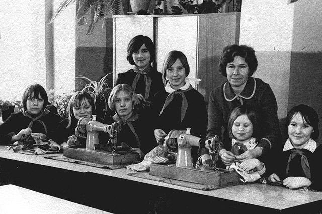 70-е годы. Урок домоводства в одной из советских школ.