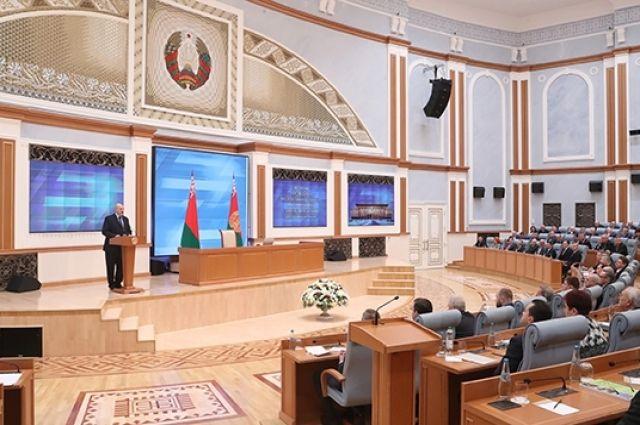 Лукашенко: нам следует вынудить работать тех, кто может, однако не желает