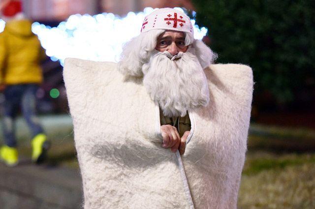 Грузинский Дед Мороз Товлис Бабуа на улице Тбилиси в канун Нового года.