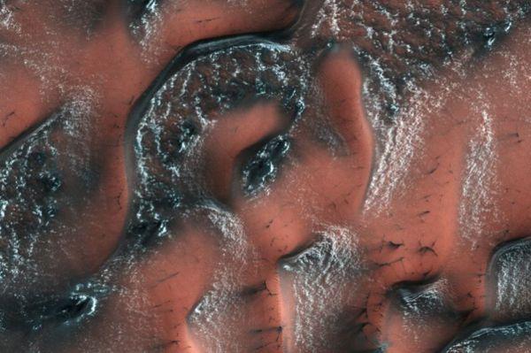 «Зимний» Марс. С понижением температуры, углекислый газ, содержащийся в атмосфере Марса, конденсируется в виде льда и образует узоры на поверхности.