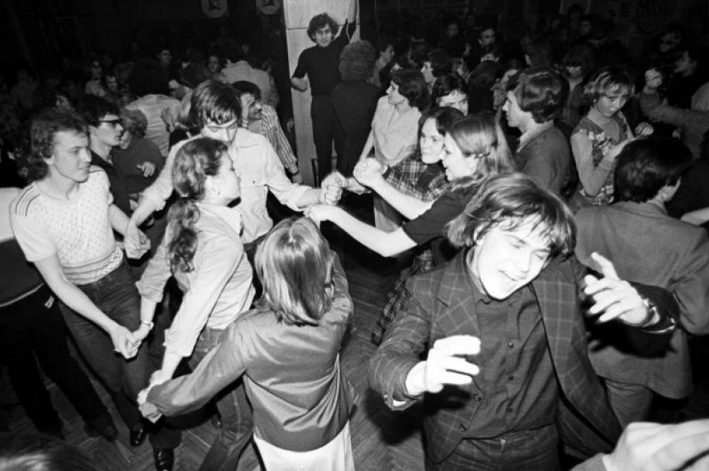 На одной из молодежных дискотек в Москве. 1980 год.