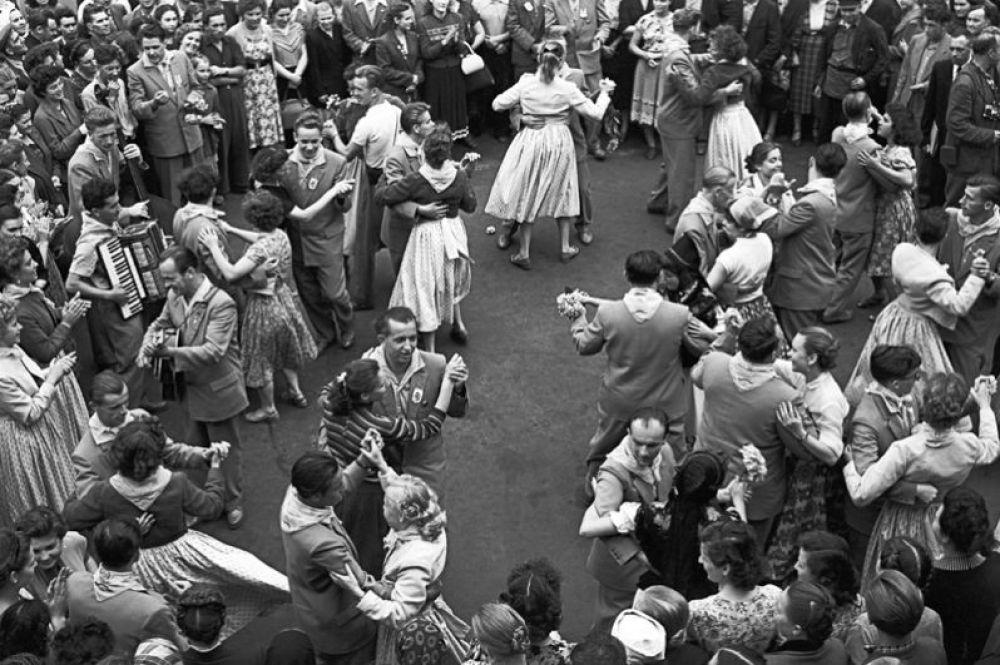 Гости Всемироного фестиваля молодежи и студентов из Германской Демократической Республики и москвичи танцуют на Тургеневской площади в Москве. 1957 год.